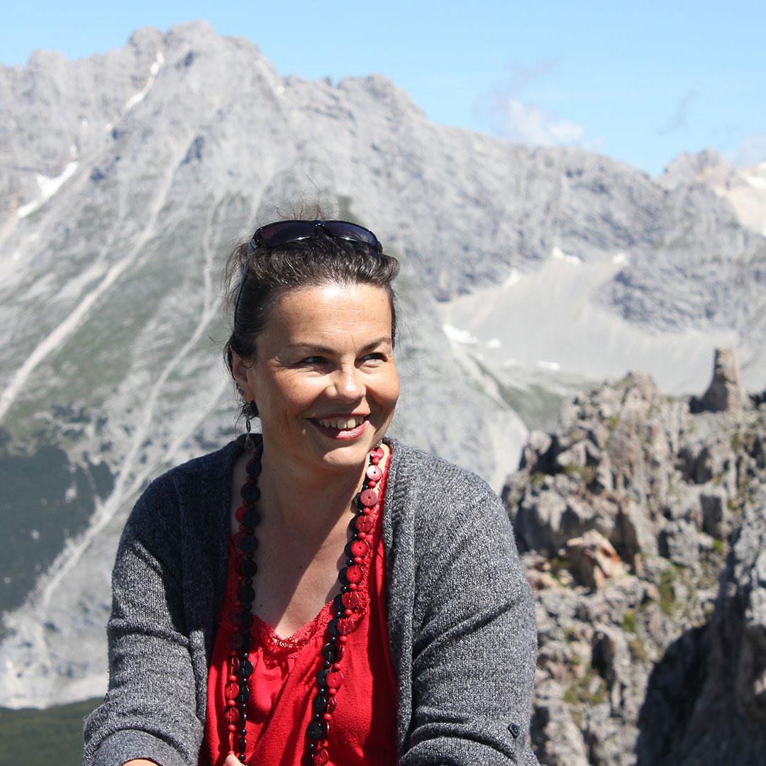 Gerda Ulrich in den Bergen fröhlich bei strahlendem Sonnenschein