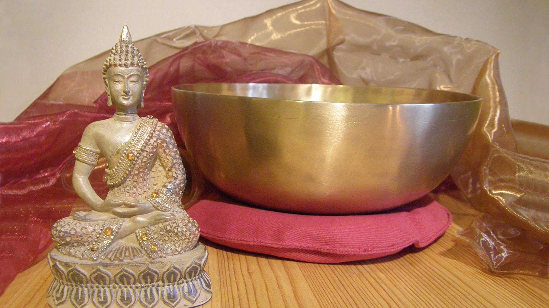 Buddha sitzt vor einer Klangschale